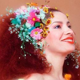 Clara Nunes con dei fiori in testa