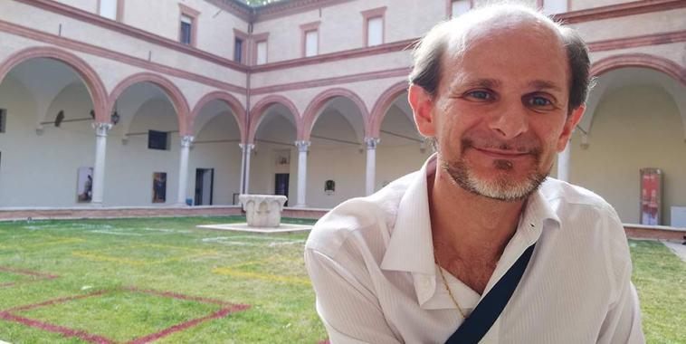 Daniele Gambini seduto nel chiostro di San Paolo a Ferrara