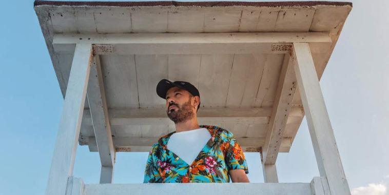 Il cantautore Giannini con camicia colorata e cappellino in testa