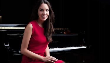 Gloria Campaner seduta davanti al pianoforte