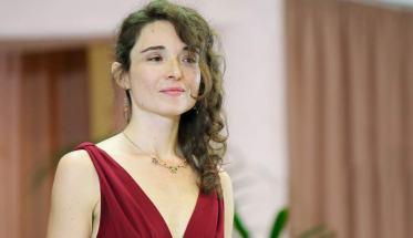 Lucia Porri, soprano, con vestito rosso