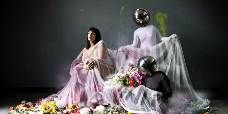 La pianista Nicoletta Filella con due comparse vestite di bianco