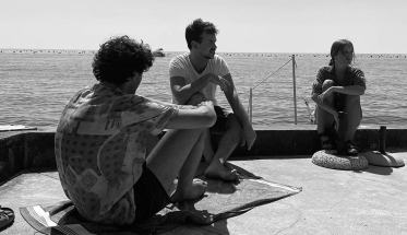 Ribaltavapori seduti vicino al mare