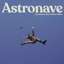 Matteo Alieno che vola nel blu nella copertina del disco Astronave