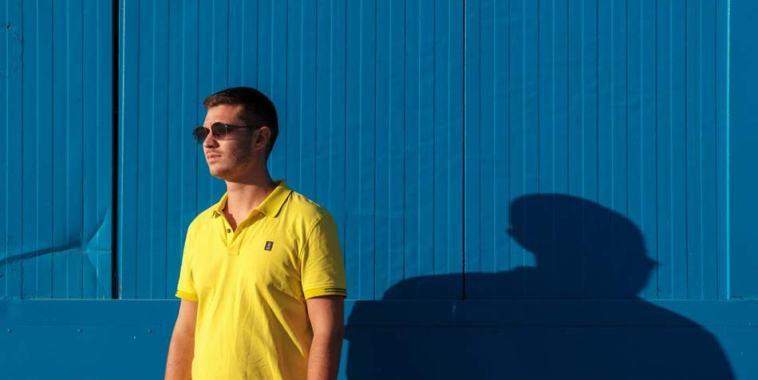 GASTON co maglia gialla su fondo blu