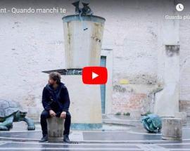 GiuMont seduto in mezzo ad una piazza in copertina del video di Quando manchi te