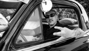 il rapper Prhome dentro in auto