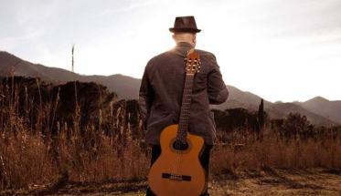 Davide Geddo di spalle con la chitarra