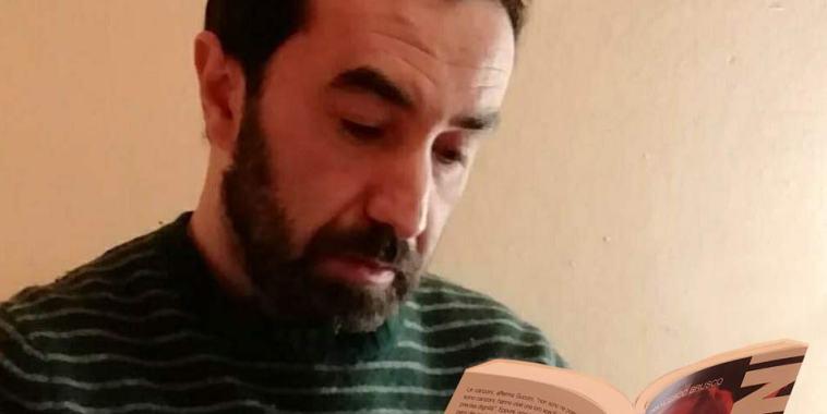 Francesco Brusco mentre legge il libro Guccini – Frammenti di un discorso musicale