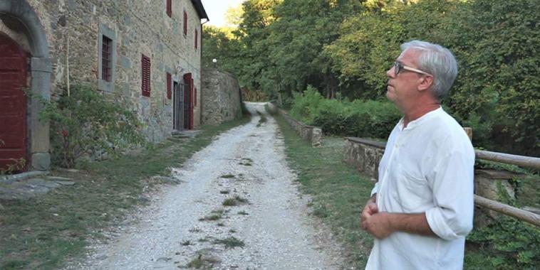 Mario Costanzi davanti al Mulino del Ronzone