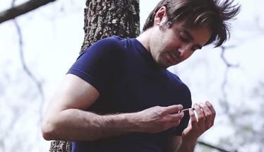 Eugenio Ripepi all'aperto vicino ad un albero