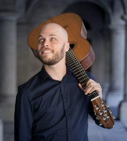 Johan Smith con chitarra sulla spalla