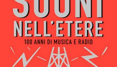 copertina con fondo rosse e una antenna radio in copertina libro Simone Fattori: Suoni nell'Etere, 100 anni di musica e radio