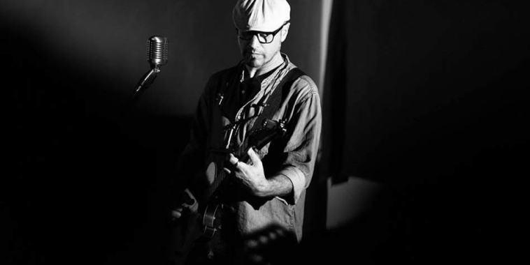 Alfonso DEPIETRO mentre suona la chitarra