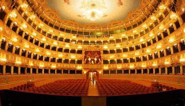 L'interno del Teatro La Fenice di Venezia per capire come funziona uno spettacolo teatrale