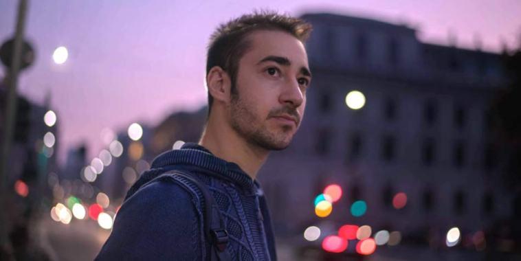 Stefano Bruno in città al tramonto