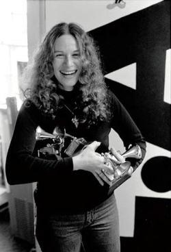 Carole King con i 4 Grammy vinti per Tapestry