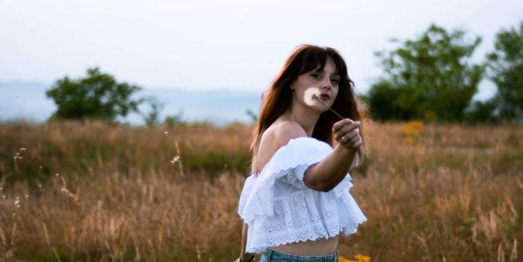 Emilya ndMe in un campo di grano