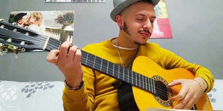 Marco Sentieri con la chitarra