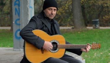 Dr. Gimmy con la chitarra