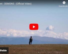 GiuMont in un paesaggio a cielo aperto nel video di: DEMONS