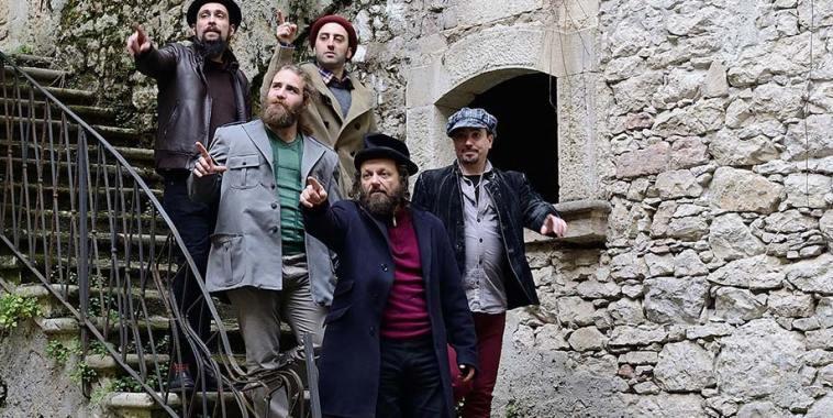 I Plebei, folk band, su una scala di sassi