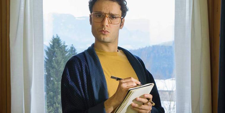Ernest Lo alla finestra mentre scrive su un taccuino