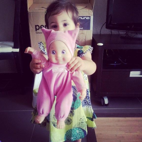 Cachée derrière sa poupée !