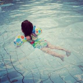 Liloute nage (ou presque)