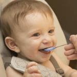Diversification précoce : l'alimentation de bébé de 4 à 6 mois