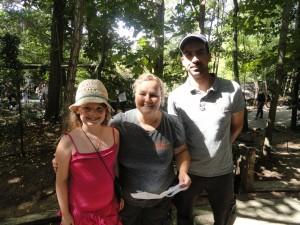 Morgane avec Barbara et Anthony dit Pich. Morgane avait fait un dessin pour Barbara, Pich était jaloux