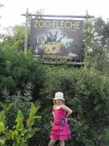 Morgane pas peu fière de poser devant le Zoo de la Flèche