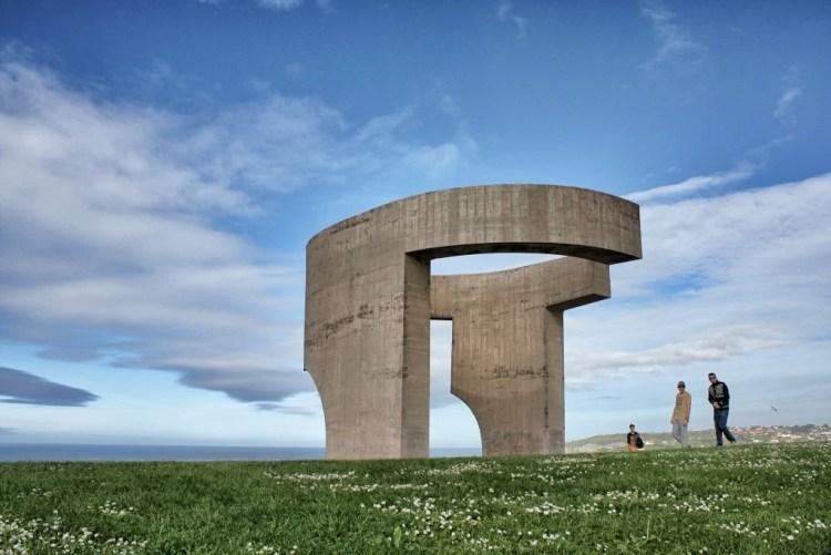 """Elogio del horizonte"", escultura de Eduardo Chillida"