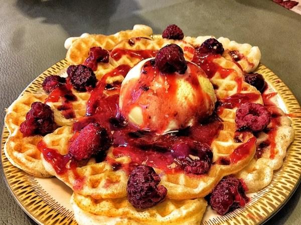 Waffles con frutos rojos y helado