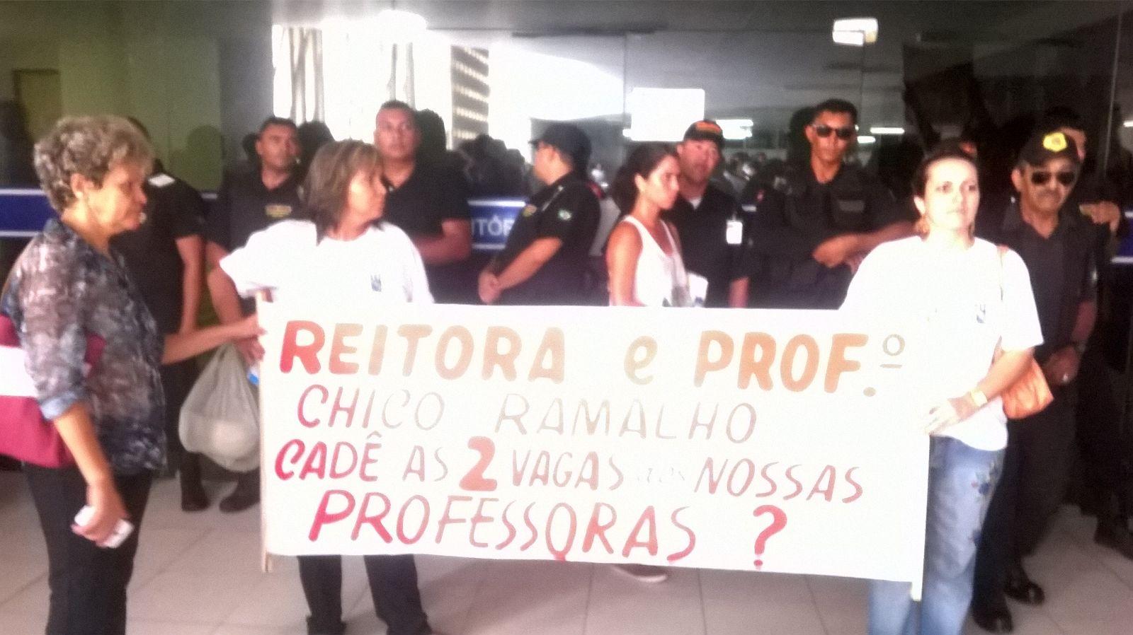 Protesto contra fechamento de escola da UFPB gera tumulto e confusão