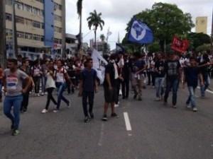 Estudantes protestam contra aumento da passagem de ônibus na capital