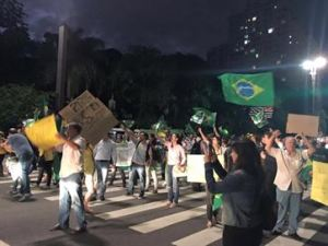 """Manifestantes vão às ruas contra nomeação de Lula e deputados gritam """"renúncia"""" na Câmara"""
