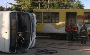 Veja as imagens do momento em que o trem bate no ônibus em Santa Rita