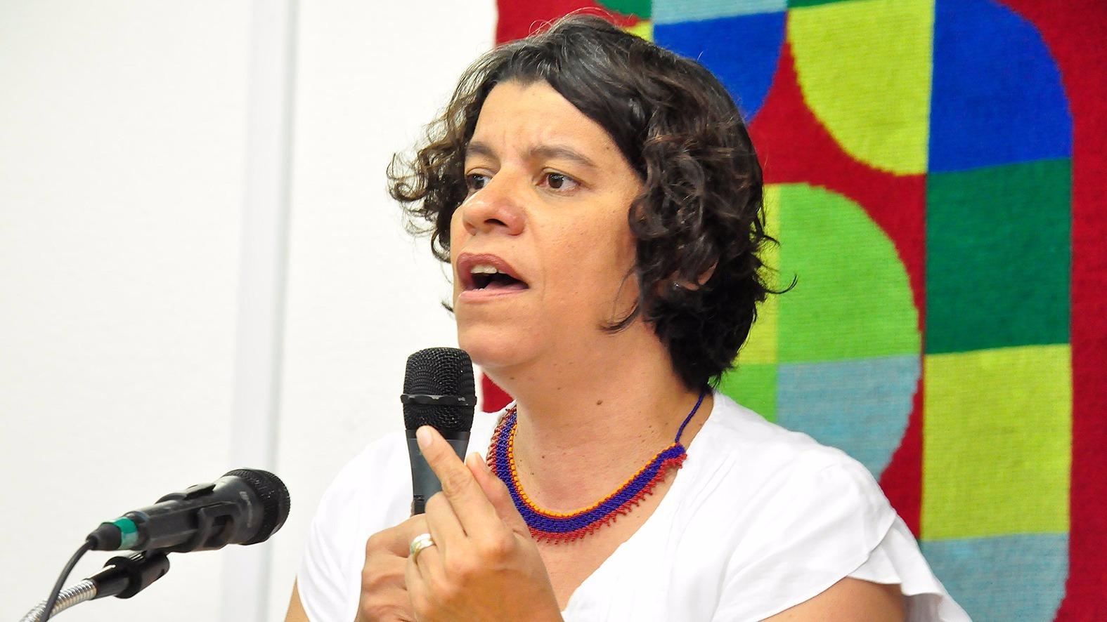 VÍDEO: Perturbada com Operação Calvário, Estela Bezerra agride e desrespeita jornalista