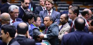 Deputados trocam empurrões e batem boca em plenário no início da sessão do impeachment