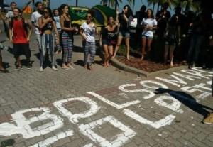 Grupo realiza protesto em frente à casa de Jair Bolsonaro no RJ