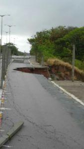 Após erosão, Prefeitura de João Pessoa interdita tráfego na ladeira do Cabo Branco