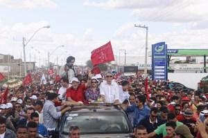 Ao lado de Dilma e RC, Lula desfila de carro aberto pelas ruas de Monteiro