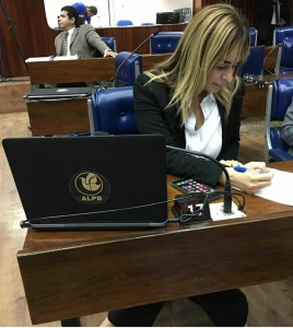 Após bate-boca, Estela e Daniela chegam no mesmo horário na reunião da CCJ
