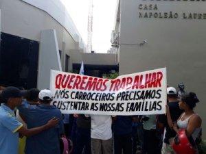 Carroceiros invadem CMJP em protesto contra projeto que impede tráfego das carroças