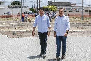 Prefeito inspeciona obras da Praça da Família e garante entrega para março