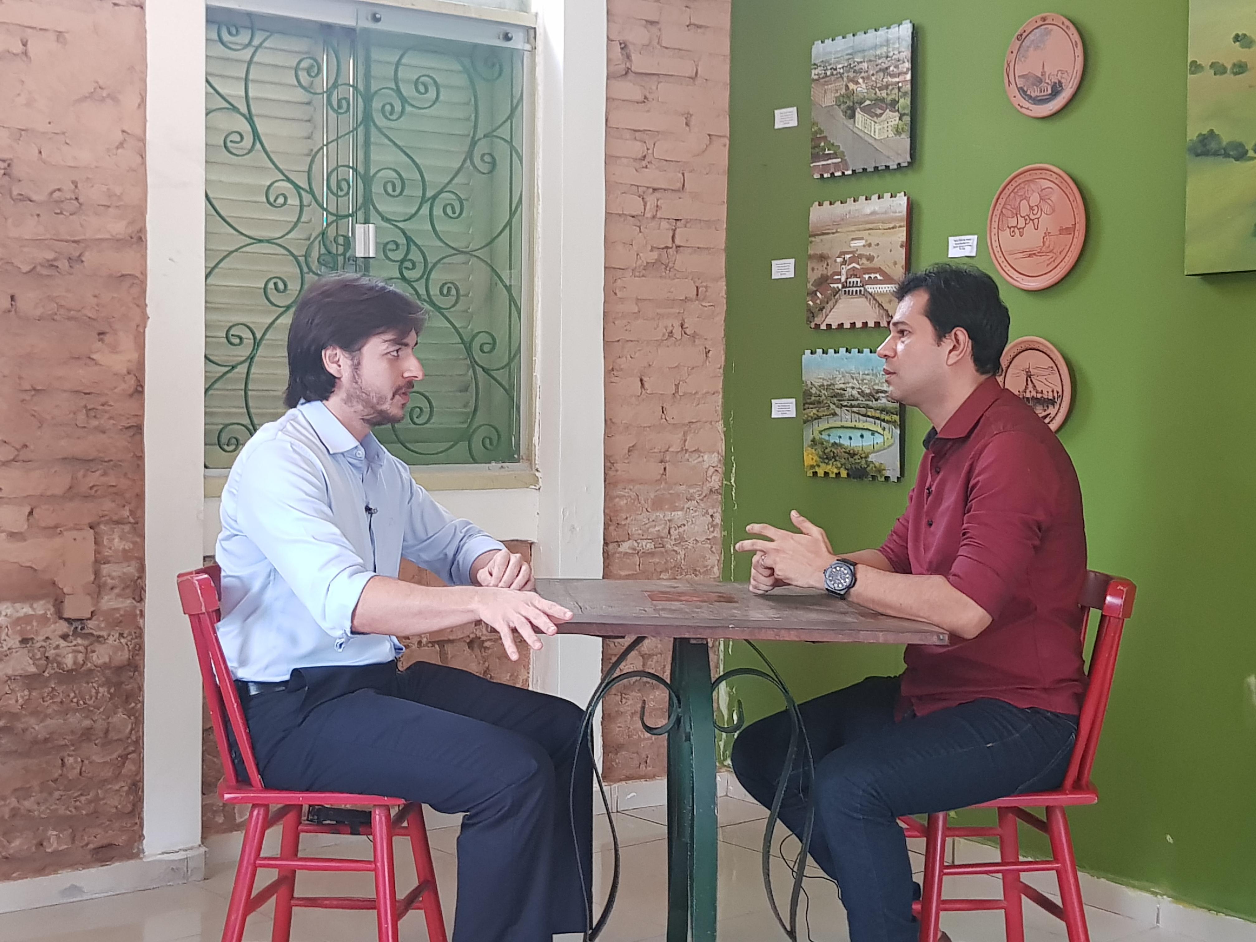 """No """"Café com Política"""", Pedro diz que gastos apenas com carros oficiais daria para construir 21 mil casas; Veja"""