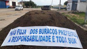 Em São Bento, moradores tapam buracos em protesto ao descaso da prefeitura municipal