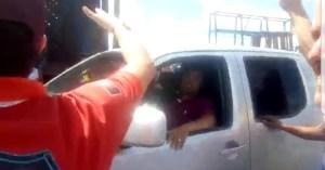 """VÍDEO: Hostilizado pelos Caminhoneiros, vereador oferece dinheiro e é criticado: """"Corrupto"""""""