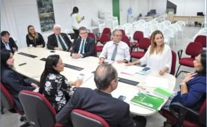 Daniella reafirma compromisso com defensores públicos, em visita ao órgão